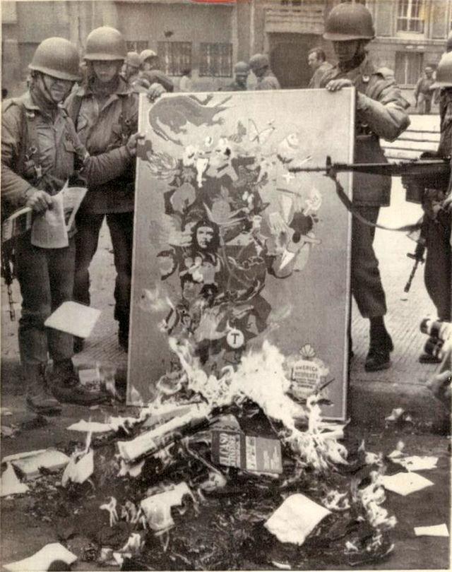 Chile_quema_libros_1973